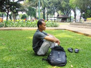 Gak lengkap kalau ke Taman Suropati gak membawa buku bacaan