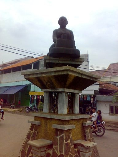 Patung Perempuan Pengrajin Emping sebagai simbol Sang Kota Emping